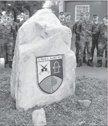 Das Wappen auf dem großen Stein vereinigt die Symbole der Kompanie sowie der Ortsgemeinde Holzappel.