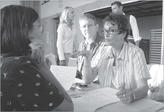 Gudrun Waldforst (rechts) berichtete vom umfangreichen Angebot der Gemeindebücherei.