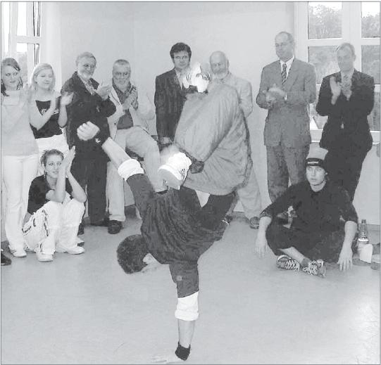 Schwungvoller Break-Dance stand im Mittelpunkt der Feiern zum zehnjährigen Bestehen des Fördervereins für das Diezer Jugendzentrum.  Foto: Carolin Bingel