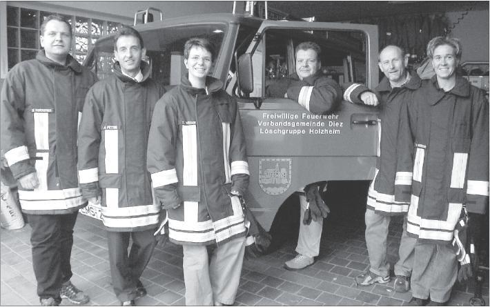 Sind froh, wenn die Alarmsirenen in Holzheim auch weiterhin stumm bleiben: Die aktiven Feuerwehrfrauen und -männer um Wehrführer Dirk Weber (dritter von rechts) und den Ehrenvorsitzenden Arno Fetter (zweiter von links). Foto: Uli Pohl
