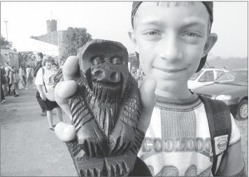 Eine von vielen Holzheimer Aktionen für Ruanda ist die Benefizwanderung, bei der unter anderem auch in Birembo hergestellte Holzfiguren verkauft werden.