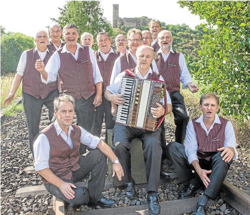 Vor der Burg Ardeck, dem Wahrzeichen der Ortsgemeinde Holzheim, haben sich die Schoppensänger platziert. Das beliebte Gesangsensemble aus der Aargemeinde vermittelt bei seinen Auftritten das, was den Schoppensängern besonders wichtig ist: die pure Lebensfreude.