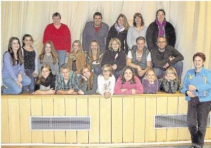 Die gut gelaunte Theatergruppe Fairy Tale mit ihrer Regisseurin und Chefin Monika Birlenbach (rechts).Foto: Wilma Rücker