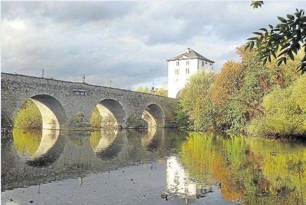Bei einem Lahnspaziergang in Limburg hat Bernd Felten aus Holzheim diese Aufnahme gemacht. Gebäude, Brücke und Bäume spiegeln sich im Wasser und geben ein schönes, herbstliches Ensemble ab.