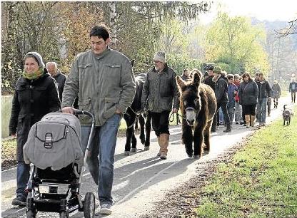 Zwei- und Vierbeiner machten sich von Niederneisen auf den Weg, um gegen die Aarumgehung zu protestieren. Foto: Anika Recktenwald