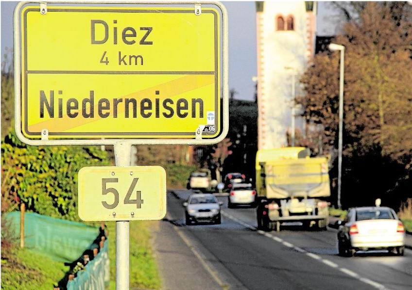Die B 54 verbindet die benachbarte Orte Niederneisen und Flacht. Die hohe Verkehrsbelastung führte zu den Planungen für die Umgehung. Jetzt sollen die Bürger aus beiden Dörfern über die Zukunft des umstrittenen Projekts entscheiden. Foto: Uli Pohl