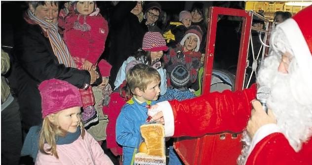 Mit großer Spannung war beim Holzheimer Weihnachtsmarkt der Auftritt des Nikolauses erwartet worden, der wirklich für jedes Kind eine Überraschung im Gepäck hatte.Foto: Anika Recktenwald