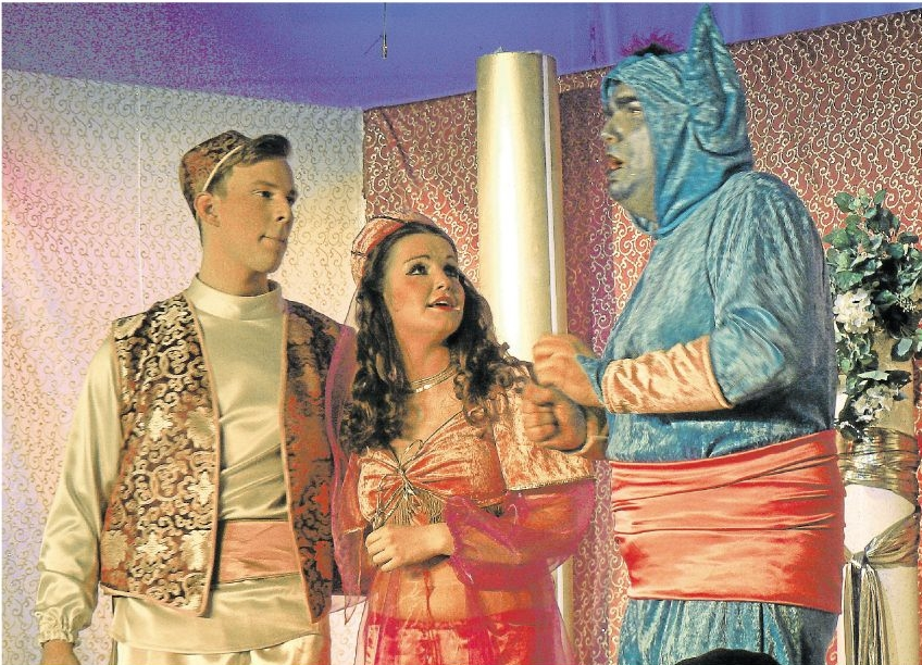 Aladin, Jasmin und Dschinn – in diesen Rollen glänzten die Schauspieler auf der Bühne des Holzheimer Amateurtheaters Fairy Tail. Foto: Wilma Rücker
