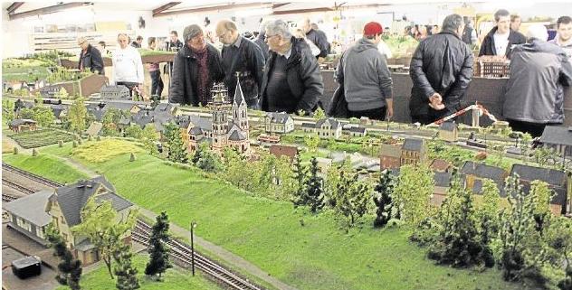 Die Adventsausstellung des Modelleisenbahnclubs Limburg-Hadamar in Holzheim lockte wieder viele Besucher an, die sich für die detailreichen Anlagen begeisterten.  Foto: Maja Ebertshäuser