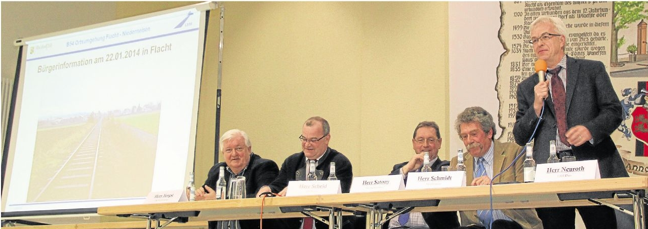 Ulrich Neuroth am Mikrofon. Links neben ihm Joachim Schmidt, der beide Informationsveranstaltungen moderierte und gleich zu Beginn die Regeln für die Fragerunden aufstellte, an die sich die Besucher weitgehend hielten. Fotos: Uli Pohl