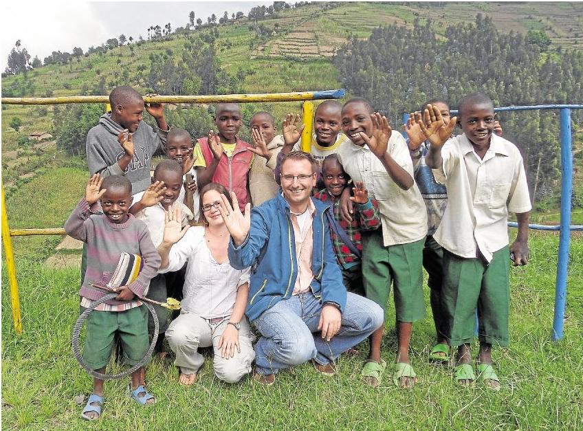 Bewegende Begegnungen erlebte das Pfarrerehepaar aus Flacht in Ruanda, wo sie die Primarschule Nyiragikokora besuchten.