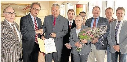 Im Kreise seiner Familie und Kollegen nahm Wenzel Preis (3. von links) aus Holzheim den Ehrenbrief des Landes Hessen aus den Händen von Landrat Manfred Michel (2. von links) entgegen.