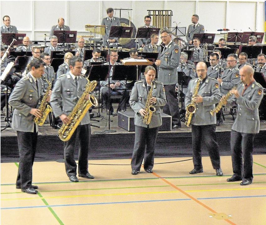 Ein starkes Ensemble mit großartigen Solisten bot das Koblenzer Heeresmusikkorps bei seinem Auftritt in der Halle der Zentralen Sportanlage in Diez. 'Das Konzert wurde als Benefizveranstaltung für Ruanda angeboten und begeisterte rund 400 Zuhörer. Foto: Wilma Rücker