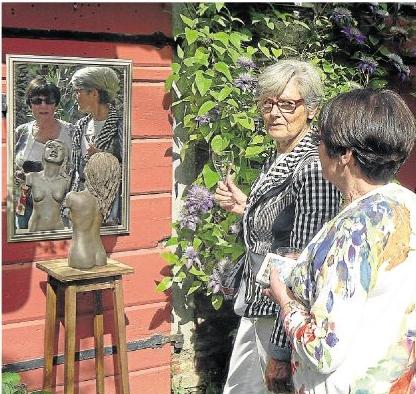 """Die """"Frau im Spiegel"""", so der Name dieses Arrangements, muss nicht bloß aus einem tönernen Torso bestehen. Foto: Wilma Rücker"""