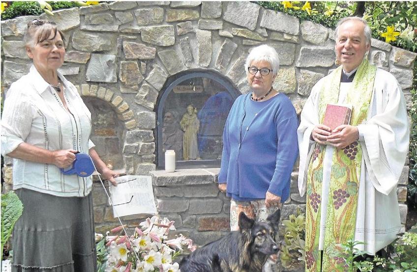 Pfarrer Friedrich Neumüller (rechts) nahm die Weihe des Bildstocks bei Karin Goebel-Lange (links) vor, begleitet von Ingetraud Schneider.Foto: Wilma Rücker