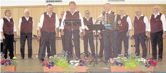 Die Schoppensänger aus Holzheim gastierten bei einem Konzert im Dorfgemeinschaftshaus Scheidt. Foto: Rücker