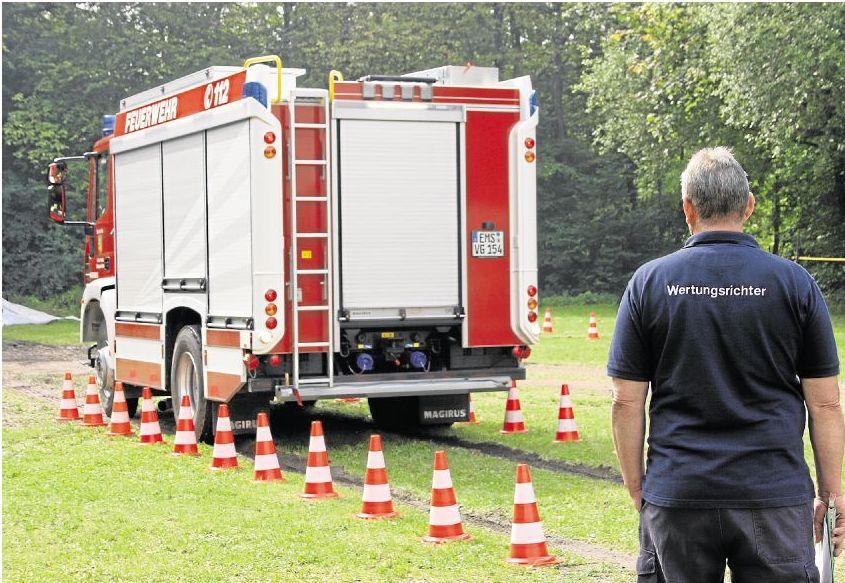 Geschick, Ruhe und Präzision sind beim Fahrerwettbewerb des Kreisfeuerwehrverbands Rhein-Lahn gefragt. Acht Stationen haben die insgesamt 34 Teilnehmerinnen und Teilnehmer zu absolvieren. Foto: Sina Bär