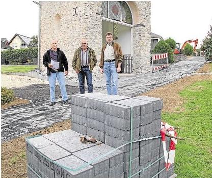 Karl-August Meyer, Gerhard Ohl und Werner Dittmar (von links) erläuterten die zurzeit laufenden Arbeiten auf dem Friedhof. Foto: Uli Pohl