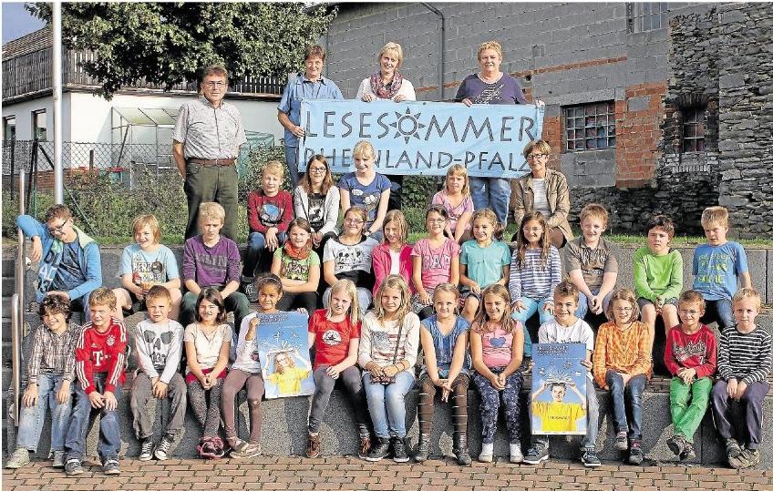 Zusammen mit dem Team der Gemeindebücherei und Ortsbürgermeister Werner Dittmar feierten die Mädchen und Jungen den Abschluss des Lesesommers, der in Holzheim viele Kinder zum Schmökern gebracht hat.