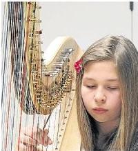 Die Harfenistin Sinija Richter aus Diez spielt beim Benefizkonzert.