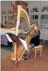 Sinija Richter begeisterte an der Harfe.Foto: Sigrid Baumann