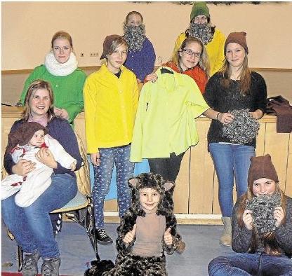 """Mit Feuereifer bereitet sich das Ensemble der Theatergruppe Fairy Tale auf seine Aufführung des Stücks """"Schneewittchen und die sieben Zwerge"""" vor."""