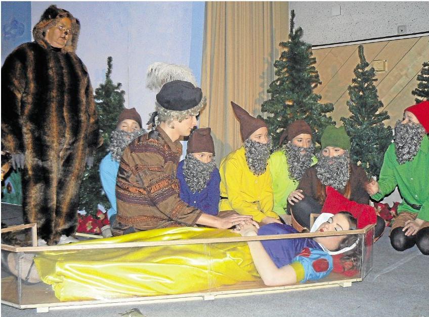 Schneewittchen liegt im gläsernen Sarg, während die Zwerge, der Prinz und die Tiere des Waldes um sie trauern. Mit der Aufführung in der Holzheimer Ardeckhalle faszinierte die Gruppe Fairy Tale das junge Publikum.Foto: Wilma Rücker
