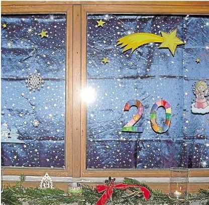 Dekorierte Fenster, wie beispielsweise dieses mit der Zahl 20, wiesen beim lebendigen Adventskalender in Holzheim den Weg.