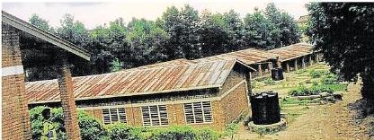 Das Dach der Schule im Partnerdistrikt Birembo ist verrostet.
