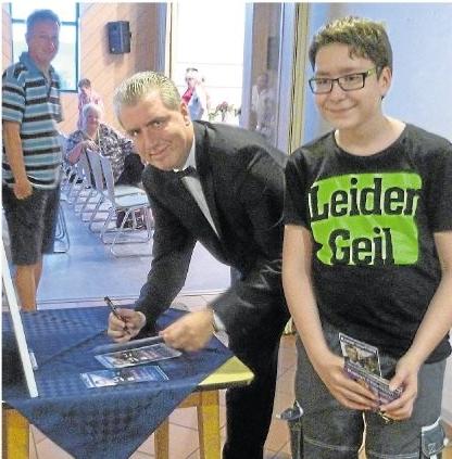 Eingefleischten Fans gab Entertainer Ramon Chormann in der Ardeckhalle auch gern ein Autogramm. Foto: Theresa Stang