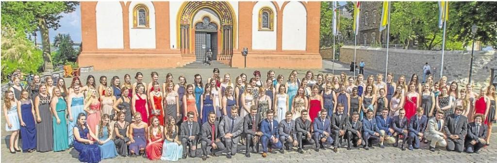 Sie haben das Abiturzeugnis in der Tasche: Insgesamt 108 Schüler haben am Beruflichen Gymnasium an der Adolf-Reichwein-Schule ihren Abschluss geschafft. Foto: Fotostudio Sascha Braun